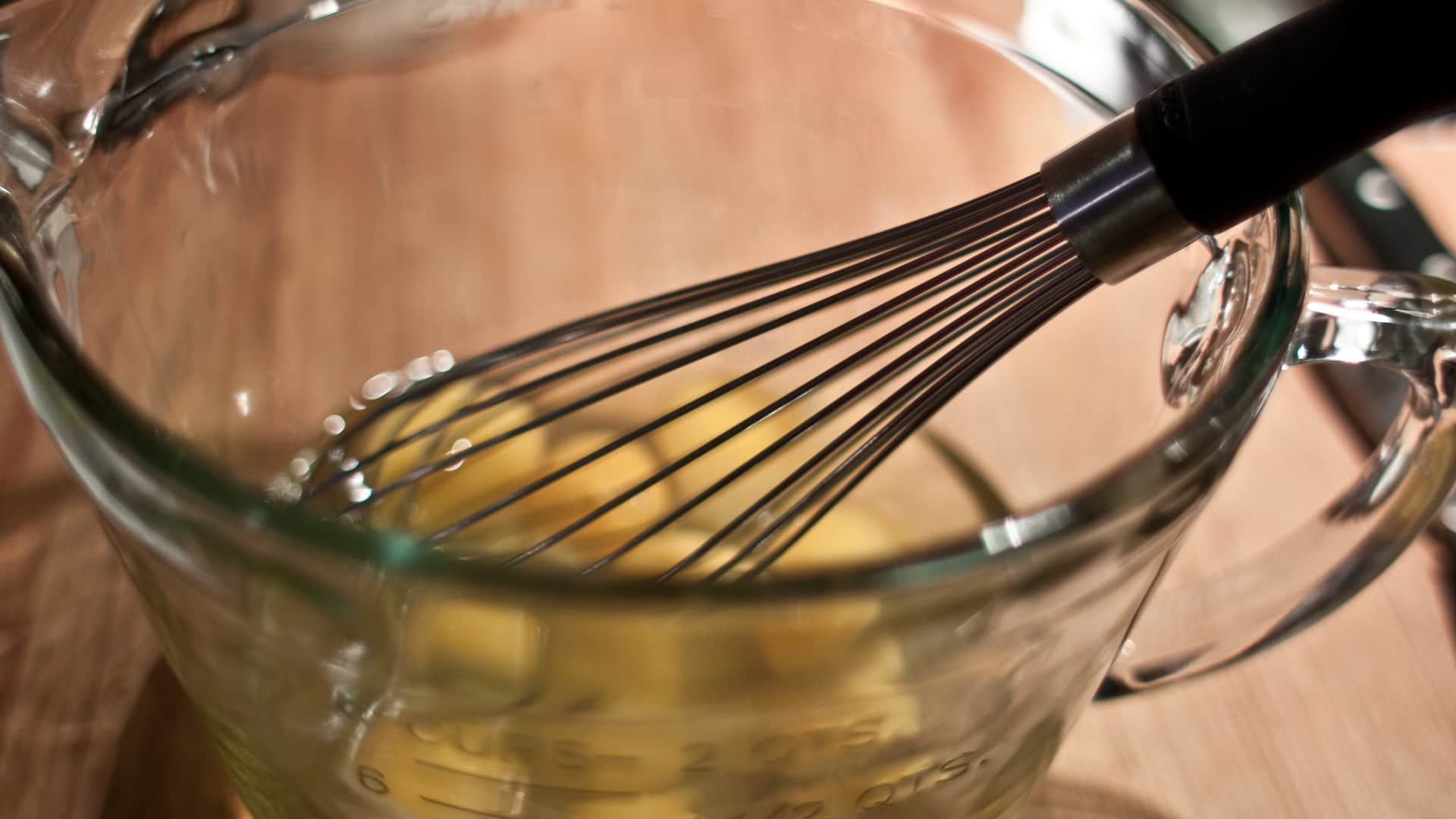 Battre les œufs en omelette